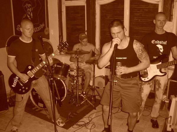 von rechts und links -gehasst  Elbroiber -Band